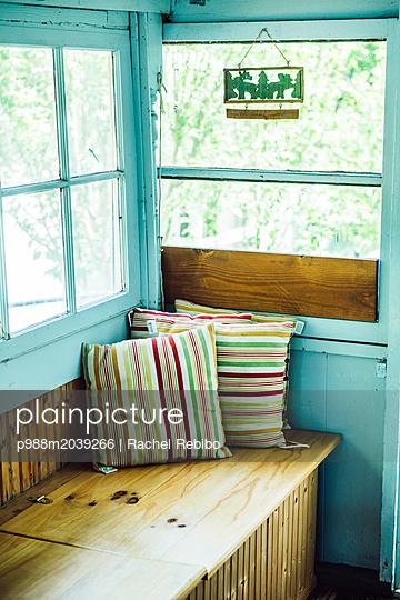 Bunte Kissen auf einer Sitzbank - p988m2039266 von Rachel Rebibo