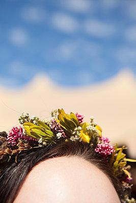 Blumekranz im Haar - p045m1445941 von Jasmin Sander