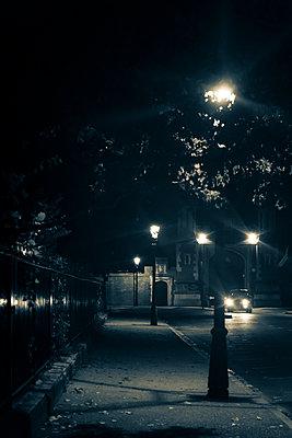 Street lanterns at night in London - p1170m1481827 by Bjanka Kadic