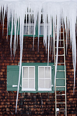 Fenster und Leiter hinter Eiszapfen - p1204m1051714 von Michael Rathmayr