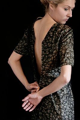 Frau beim Entkleiden - p476m894124 von Ilona Wellmann
