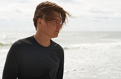 Junger Mann am Meer - p1694m2291699 von Oksana Wagner