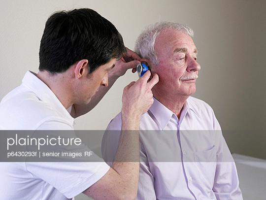 Arzt untersucht Patienten  - p6430293f von senior images RF