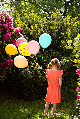 einsames Mädchen mit Luftballons - p045m1461163 von Jasmin Sander