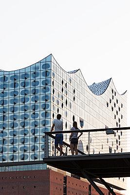 Touristen vor der Elbphilharmonie - p1222m1169419 von Jérome Gerull