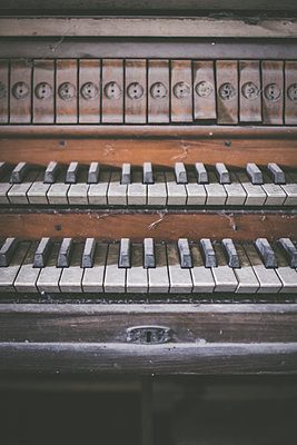 Abandoned Piano - p1512m2037944 by Katrin Frohns