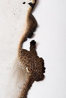 Verbranntes Papier - p451m1564584 von Anja Weber-Decker