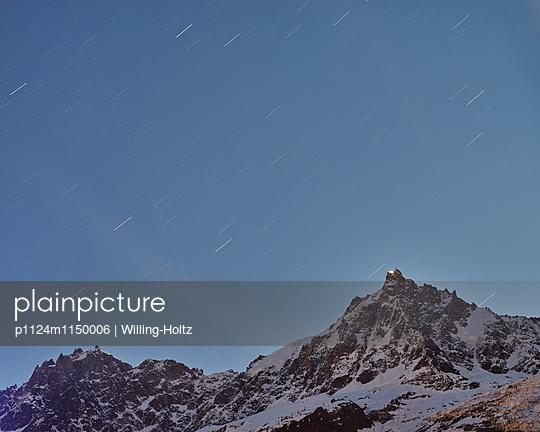 Bergpanorama mit Sternenhimmel - p1124m1150006 von Willing-Holtz