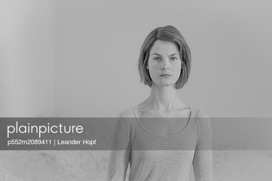Serious looking woman - p552m2089411 by Leander Hopf