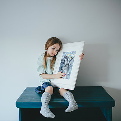 Girl holding framed picture - p1414m1590579 by Dasha Pears