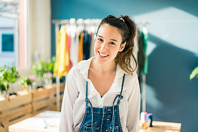Portrait of smiling fashion designer in her studio - p300m1581362 by Robijn Page