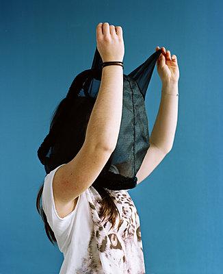 Teenager mit Fliegenschutzmaske für Pferde - p453m2160793 von Mylène Blanc