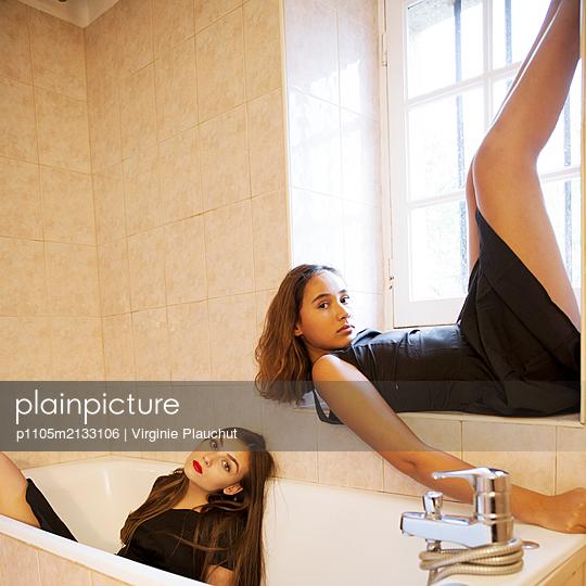 Two women in bathroom - p1105m2133106 by Virginie Plauchut