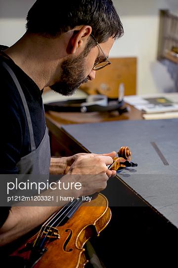 Arbeit an der Geige - p1212m1203321 von harry + lidy