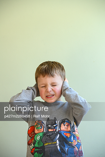 Little boy covering his ears - p427m2260458 by Ralf Mohr