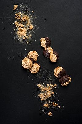 Overhead view of chocolate meringues cookies - p1166m1210648 by Cavan Images