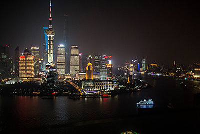 Shanghai, Skyline at night - p1301m2030699 by Delia Baum