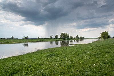 Unwetter über der Elbe - p171m1425426 von Rolau