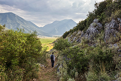 Greece, Peloponnese, Corinthia, Stymfalia, Ancient plateau, Lake Stymphalia, hiker - p300m2029994 von Maria Maar