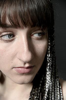 Junge Frau mit Dreadlocks, Portrait - p427m2203628 von Ralf Mohr