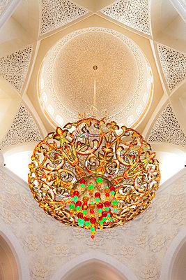 Kronleuchter in der Scheich Zayed Moschee - p1062m911730 von Viviana Falcomer