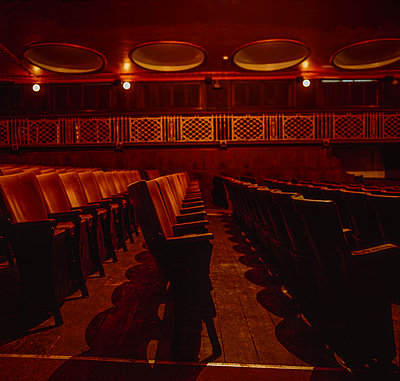 Great Britain, Sudbury, Empty seats in the cinema - p1082m2244959 by Daniel Allan