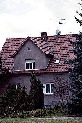 Unheimliches Haus - p432m702636 von mia takahara