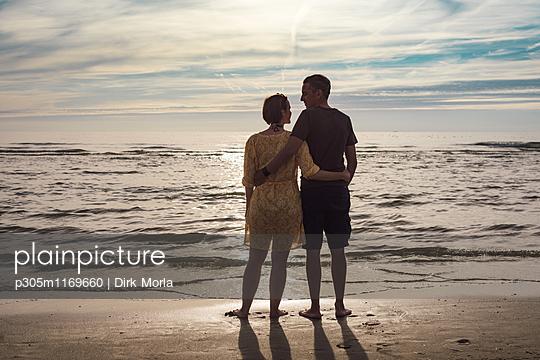 Paar am Strand - p305m1169660 von Dirk Morla