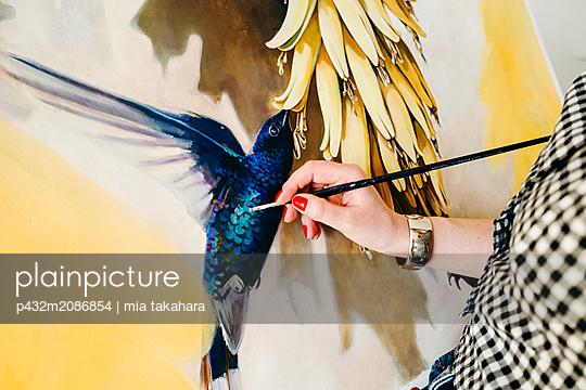 Künstlerin arbeitet am Bild - p432m2086854 von mia takahara