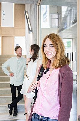 Studierende im Treppenhaus - p1284m1452102 von Ritzmann