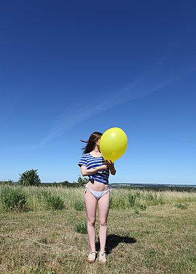 Frau in der Natur mit Ballon - p1519m2064292 von Soany Guigand