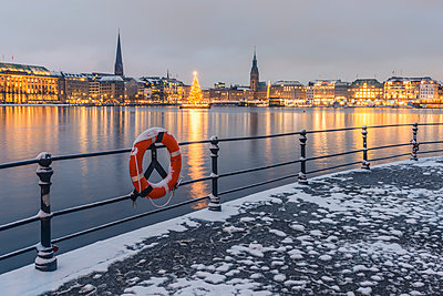 Germany, Hamburg, Binnenalster and city view in winter - p300m1562280 by Kerstin Bittner