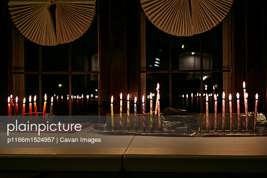 plainpicture | Photo library for authentic images - plainpicture p1166m1524957 - Illuminated candles on tabl... - plainpicture/Cavan Images