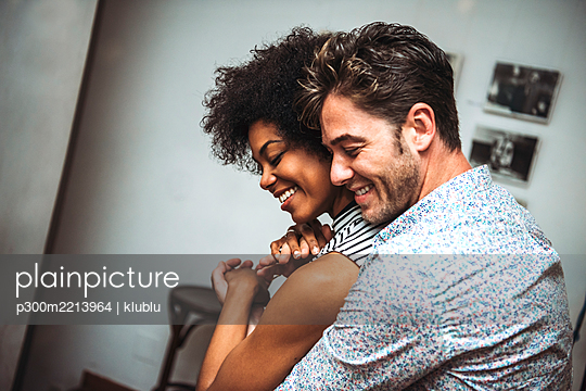 Close-up of romantic couple embracing while dancing in bar - p300m2213964 by klublu