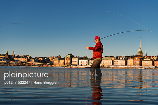 plainpicture | Photo library for authentic images - plainpicture p312m1522247 - Man fishing in city - plainpicture/Johner/Hans Berggren