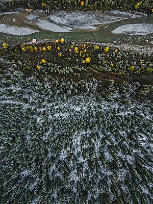 Flussverlauf und Wald aus der Drohnenperspektive - p1455m2203768 von Ingmar Wein