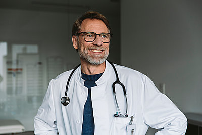 Portrait of smiling doctor - p300m2181050 by Mareen Fischinger