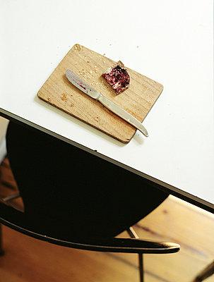 Brot auf Holzbrettchen - p8280401 von souslesarbres