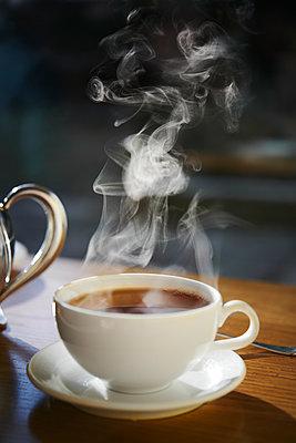 Teetasse im Gegenlicht am Morgen - p954m2151027 von Heidi Mayer