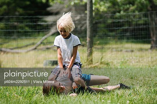 Canada, Ontario, Kingston, Boys (8-9, 14-15) play fighting outdoors - p924m2292511 by Viara Mileva