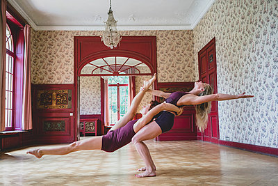 Acroyoga - p1295m2133637 by Katharina Bauer