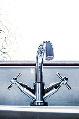 Bathroom sink tap next to a window  - p1302m2193100 von Richard Nixon