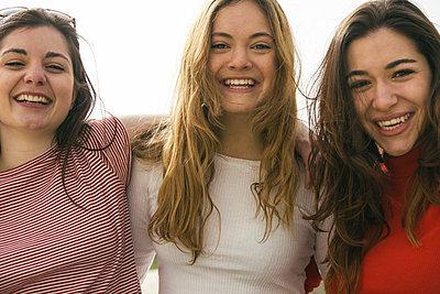 Portrait of three happy women arm in arm - p300m1129808f von Andrés Benitez