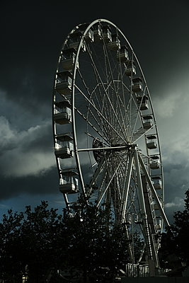 Ferris wheel - p945m2182296 by aurelia frey