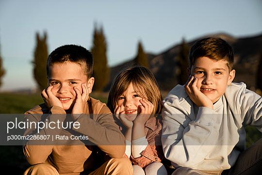 Spain, Valencian Community, Alicante. Children playing in the countryside - p300m2286807 von Rafa Cortés