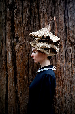 Woman with lotus leaves on her head - p1521m2228338 by Charlotte Zobel