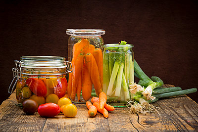 Pickled spring onions and fermented carrots in glasses - p300m1175701 by Larissa Veronesi