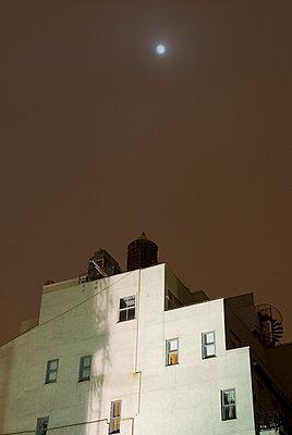 Wohnhaus nachts - p5690066 von Jeff Spielman