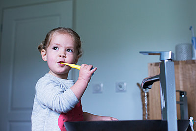Little girl brushing her teeth - p623m1506946 by Anne-Sophie Bost