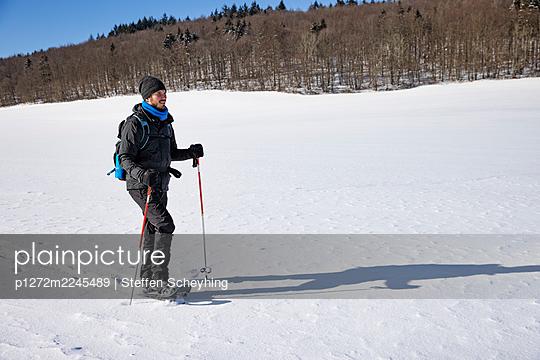 Snowshoeing - p1272m2245489 by Steffen Scheyhing